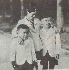 สามพี่น้อง Bhumibol Adulyadej, Rama IX, is the ninth monarch of the Chakri Dynasty and the King of Thailand.   http://islandinfokohsamui.com/