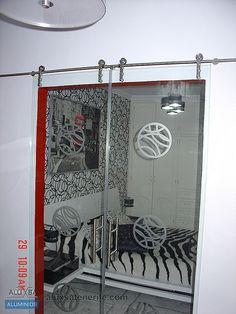 Puerta interior de corredera en acero inoxidable y cristal. Tenerife