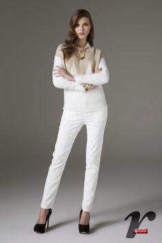 O look branco ganha charme com os detalhes dourados.