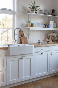 Kitchen Decor, Kitchen Dining, Kitchen Cabinets, Kitchen Ideas, Küchen Design, House Design, Loft Interior Design, Built In Shelves, Beautiful Kitchens