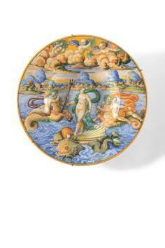 """URBINO Plat circulaire en faïence décoré en polychromie d'une scène mythologique """"en plein"""" représentant le """" Triomphe de Galatée """"."""