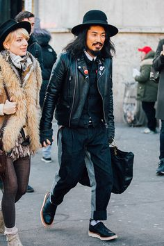 look spotted on the streets of Paris during Menswear Week Fall/Winter 2016-2017, taken by Jonathan Daniel Pryce. Parfait!