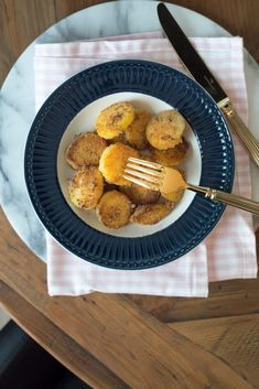 Kurkkaa mikä on mummon rapsakoiden paistinperunoiden salaisuus. Halloumi, Chili, Sweet Recipes, Muffin, Breakfast, Food, Food Food, Morning Coffee, Chile