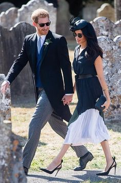 Meghan Markle (and Prince Harry) at a Friend's Wedding : Meghan looked beautiful in this two-toned Club Monaco dress that she finished off with Aquazurra pumps, Miu Miu belt, Kayu bag and Philip Treacy hat. It's wonderfully styled and that's what. Prinz Harry Meghan Markle, Meghan Markle Prince Harry, Prince Harry And Megan, Harry And Meghan, Meghan Markle Stil, Estilo Meghan Markle, Estilo Real, Beauty And Fashion, Royal Fashion