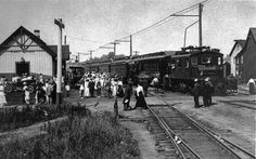 A Lake Erie & Northern electric train arrives at the Grand Trunk Railroad station with tourists, 1920.