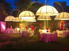 Prachtig decor voor een bruiloftsfeest, maar ook bijzonder geschikt voor een Alice in Wonderland feest, of een chique tuinfeest