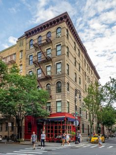 & in NYC: How plausible were the Greenwich Village apartments depicted in the hit & series? Washington Square Park Nyc, Friends Apartment, Bedford Street, Village Photography, City Photography, New York City Apartment, Apartment Interior, City Aesthetic, Greenwich Village