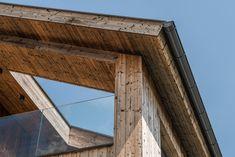 Die Fassadengestaltung des Einfamilienhauses zeichnet sich durch die Ausrichtung der Fenster aus, welche an die Ausblicke auf die umliegende Berglandschaft angepasst ist. Das Haus spiegelt dadurch eine Transparenz wieder, was der Idee eines offenen Lebensstils und einem gefühlvollen Umgang mit der Natur nahekommt. Im Herzen des Hauses werden alle Stockwerke durch eine offene Deckenkonstruktion miteinander verbunden, was im Innenraum ein Atrium entstehen lässt. Atrium, Room Interior, Windows, Mountain Landscape, Detached House, Environment, Interior Designing