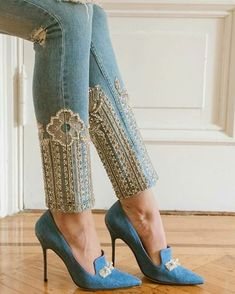 stylish embroidered hems on denim skinny jeans / Denim Fashion, Fashion Pants, Fashion Dresses, Womens Fashion, Couture Dresses, Sewing Clothes, Diy Clothes, Mode Shoes, Denim Ideas