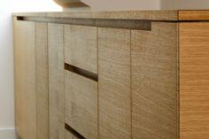 Schwarz lackierter Mittelblock mit Kochfeld inklusive Dunstabzug und Natursteinplatte, Einbauschränke, sowie Arbeitsfläche aus Eiche Massivholz. Foto: Phil Dera