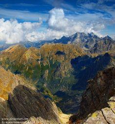 Výstup na Rysy    Nádherný panoramatický výhľad je odmenou za náročný výstup na jeden znajkrajších vrcholov Tatier – Rysy, hraničný štít medzi Slovenskom a Poľskom na hlavnom hrebeni Vysokých Tatier.