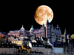 Stockholm - looks like a double exposure.the moon in one shot, the city in the other, the the laid over the Uppsala, Beautiful Moon, Beautiful Images, Beautiful Scenery, Places Around The World, Around The Worlds, Kingdom Of Sweden, Shoot The Moon, Scandinavian Countries