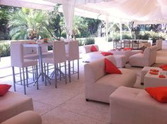 Montaje lounge en blanco y naranja dentro de la carpa. #tubodaenpavoreal www.pavorealdelrincon.com.mx