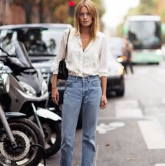 Mom jeans are the denim trend that is officially here to stay. Here is outfit inspiration and styling tips for how to wear mom jeans. Jean Vintage, Looks Vintage, Vintage Jeans, Vintage High Waisted Jeans, Blouse Vintage, High Waist Jeans, Looks Street Style, Looks Style, Style Me
