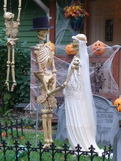 Over 19 Hilarious Skeleton Decorations For Your Yard on Halloween – Funny Halloween yard display ideas and Skeleton Scenes! Halloween Yard Displays, Fairy Halloween Costumes, Homemade Halloween Costumes, Halloween Yard Decorations, Outdoor Decorations, Halloween Yard Ideas, Halloween Projects, Holiday Decorations, Halloween Outside