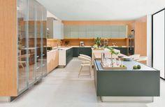 Da coleção High Line, traz a assinatura do designer Guto Indio da Costa. Em total integração com o ambiente, a cozinha Tek tem armários de portas duplas que garantem a ventilação interna. Junto às portas, o tampo de Corian ganha recuo que auxilia em sua abertura.