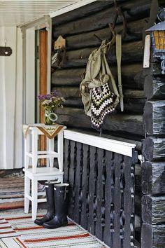 UNDER TAK: Ved inngangen henger nostalgiske minner på veggen. Sko og utstyr får stå under tak   LEV LANDLIG