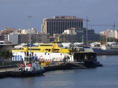 Puerto de Las Palmas. Gran Canaria     : Remolcador de Boluda y Ferry de Fred Olsen Express...