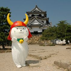 滋賀県彦根市のマスコット、ひこにゃん。☆Hikonyan, a mascot of the Hikone City, Shiga Pref., Japan. The motif is a white cat wearing 兜 (kabuto), the samurai helmet of 井伊直孝 (Naotaka Ii), the 3rd 大名 (daimyō / lord) of Hikone served under 徳川幕府 (Tokugawa shogunate) 1603-1867, Japan.