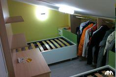 Cameretta per bambini di colore verde realizzata per una mansarda a Roma. Abbiamo sfruttato la parte bassa della mansarda per nascondere i letti e creare una cabina armadio.