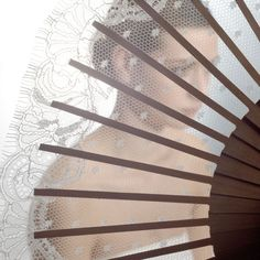 Elegancia en los tocados, guantes y abanicos como complemento de novia de la firma Jesus Peiro.