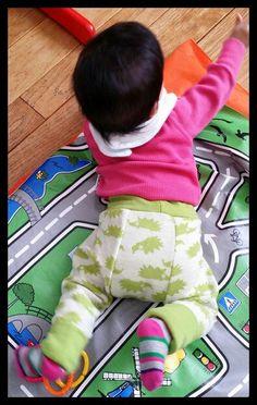 Big But Pants van Brindille & Twig. Mijn favoriete broekpatroon voor over wasbare luiers.  Ik heb bij de vorige versie het patroon aangepast zodat het ruim 2 maten mee zou gaan, en dat heb ik nu weer gedaan. De tailleband heeft daardoor dubbele hoogte (en is een maat smaller dan dl's maat) en de benen zijn anderhalve cm langer.  De beenmanchetten zijn nu volledig omgeslagen en als ze groeit, groeien die mee ;-)  De hoge tailleband zorgt dat haar liefje lekker warm blijft wanner haar tshirt…