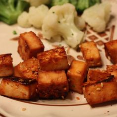 To make baked tofu with ground black pepper is so easy. Tofu cubes are marinated and then baked in the oven.This baked tofu need 15 minutes of cooking time. Tofu Dishes, Snacks Dishes, Savory Snacks, Baked Tofu, Easy Healthy Recipes, Vegetarian Recipes, Easy Meals, Cooking Recipes, Vegetarische Rezepte