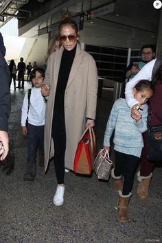 Jennifer Lopez arrive avec ses enfants Max et Emme à l'aéroport de Los Angeles…