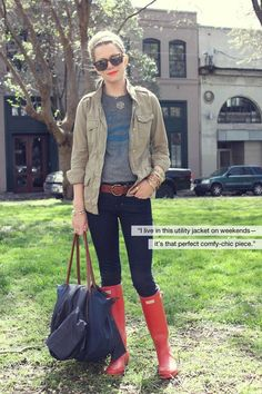 Red Hunter boots with skinny jeans and military tee. And a big bag.