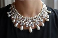 This Gulf Pearl Necklace is considered to be the first pearl necklace launched by well-known jeweler Harry Winston. It has a history of more than 100 years in the market, worth 20 million US dollars. Necklace composed of 11 perfectly formed and graduated drop-shaped pearls, the finest drop-shaped pearls to appear on market for 120 years, and 167 diamonds of which 66 are certified.