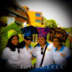 Los graduandos de Educación disfrutando de sus birretes en la caravana en UCAB Guayana.