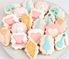 Pretty Alice in wonderland / Mad Hatter tea party cookies by Miss Biscuit Cookies For Kids, Cute Cookies, Cupcake Cookies, Sugar Cookies, Cartoon Cookie, Alice In Wonderland Cakes, Tea Party Setting, Disney Cookies, Alice Tea Party