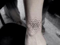 Pra quem gosta de tatuagem discreta com linhas finas, Dr. Woo é a perfeita inspiração:  http://followthecolours.com.br/tattoo-friday/minimalismo-e-tracos-finos-na-pele-por-dr-woo/