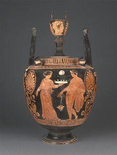 Peintre d'Athènes 1714   Lébès gamikos  Vers 360 - 350 avant J.-C.  Apulie H. : 38,50 cm. ; D. : 21 cm.  Face A : Conversation amoureuse. Face B : Femme et jeune homme.