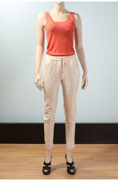 Bağcıklı ve beli lastikli pantolon  Türü:pantolon Modelin Ölçüleri:Boy:179cm. Göğüs:85cm. Bel:65cm. Kalça:94cm. Modelde kullanılan beden:34 Kumaş Karışımı:%71 Viskon %26 Polyester %3 Elastan Kumaş Tuşesi:Yumuşak tuşeli Bel Bağlantısı:Bağcıklı bel bağlantısı Bel yapısı:Lastikli bel Paça yapısı:Kısa, dar paçalı Cep Sayısı:İki adet cep Ön cep şekli:Gümüş rengi fermuarlı, fleto cep Arka cep yapısı:Arka cep bulunmuyor kullanılan aksesuarlar:ceplerde gümüş rengi elcikli ykk fermuar
