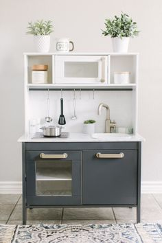 Best IKEA hacks that your kids will absolutely love! Play kitchen makeover IKEA hacks are for all areas of your home and lifestyle. But IKEA hacks for your kids and kids rooms are especially awesome. Here are 17 Genius IKEA hacks. Play Kitchen Diy, Ikea Kids Kitchen, Kitchen Storage, Play Kitchens, Tv Storage, Record Storage, Grey Ikea Kitchen, Storage Hacks, Kitchen Tips