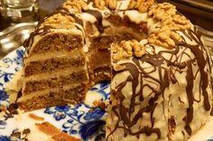 Az Eszterházy torta népszerű magyar desszert, van kuglóf változata is. A recept nem túlzóan alapanyag-igényes, s bár nem tartozik a ripsz-ropsz elkészíthető édességek közé, érdemes megsütni –… Hungarian Cake, Hungarian Recipes, Ring Cake, Torte Cake, Holiday Dinner, Pound Cake, Scones, Cookie Recipes, Food And Drink