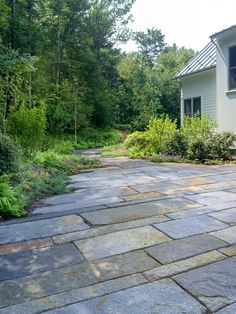 Reclaimed granite curbs used as a driveway surface – Pavement İdeas Driveway Design, Driveway Landscaping, Stone Walkway, Stone Path, Landscape Design, Garden Design, Granite Paving, Pavement Design, Farmhouse Landscaping