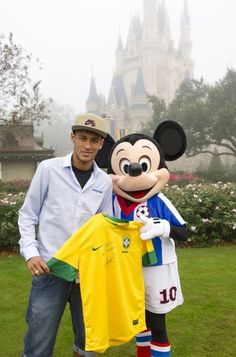Mickey e Neymar na Disney, Orlando, FL Neymar Jr, Orlando, Love You Babe, World Cup 2014, Play Soccer, Best Player, Soccer Players, My Hero, Disneyland