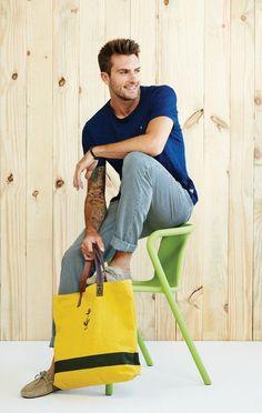 Comprar ropa de este look:  https://lookastic.es/moda-hombre/looks/camiseta-con-cuello-barco-azul-marino-pantalon-chino-blanco-y-azul-mocasin-marron-claro-bolsa-tote-amarilla/2590  — Camiseta con Cuello Barco Azul Marino  — Bolsa Tote de Lona Amarilla  — Mocasín de Ante Marrón Claro  — Pantalón Chino de Rayas Verticales Blanco y Azul