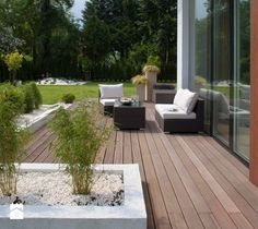 Minimalistyczny Mokotów - Duży taras z tyłu domu, styl minimalistyczny - zdjęcie od EXITDESIGN