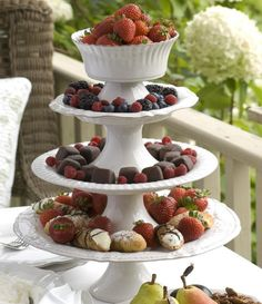 Elevate the appearance of your dessert creations! These Costa Nova Antique White Village footed cake stands will make any pastry look twice as delicious. Place them one top of each other as a centrepiece to showcase your buffet table or dessert table. Add cakes, chocolates, cupcakes, fruits...