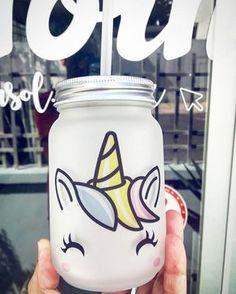 Sorprende a todos con este increíble tarro de unicornio, ya sea que lo adquieras para regalar o bien para consentirte y servir tu bebida favorita en el, mientras cosas maravillosas suceden a tu alrededor. #tarro #MasonJar #unicornio #unicorn #fantastic #fantasia #vaso #tornasol