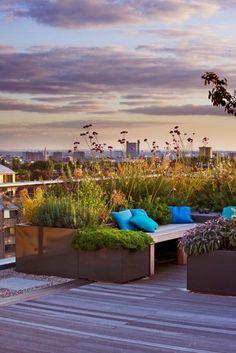 Terrassengestaltung modern bequeme Sitzmöbel weiter Panoramablick