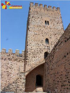 Emblemática vista de la torre alta o torre del Homenaje del Castillo de Dña Berenguela, coronada por una terraza o atalaya desde la cual se puede obtener una gran panorámica del Campo de Calatrava. Bolaños de Calatrava.