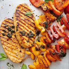 Oggi si griglia a casa!   Migusto Bratwurst, Chimichurri, Halloumi, Pulled Pork, Vegetable Pizza, Feta, Vegetables, Chicken, Shredded Pork