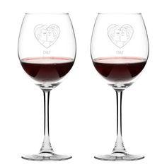 Romantik bir yemeği daha romantik hale getirmeye ne dersiniz? Sevgilinizle yudumlucağız kadehlerin üzerinde dudak dudağa çiftler ve isimleriniz baş harfi bulunmaktadır.
