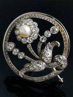 Im Durchmesser: ca. 3,4 cm. Gewicht: ca. 8,9 g. Platin. Um 1910. Hübsche antike Blumenbrosche mit Altschliffdiamanten und Diamantrosen, zus. ca. 2,3 ct, und...