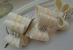 Tiara encapada de tecido na cor marfim, para bebê e infantil com lacinhos duros, na cor marfim, com detalhe em pérola, strass ou chaton..