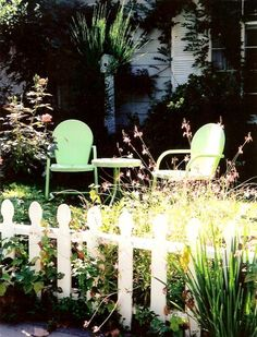 i want a pretty garden with vintage chairs :)